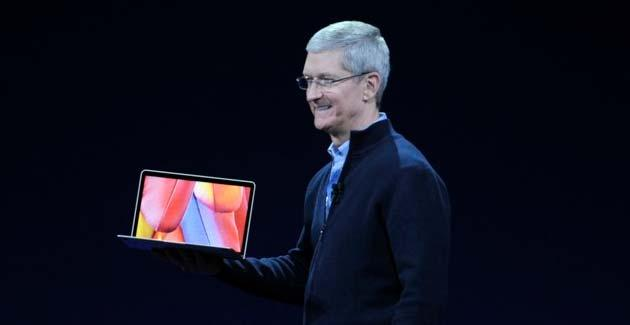 Tim Cook con in mano il nuovo MacBook