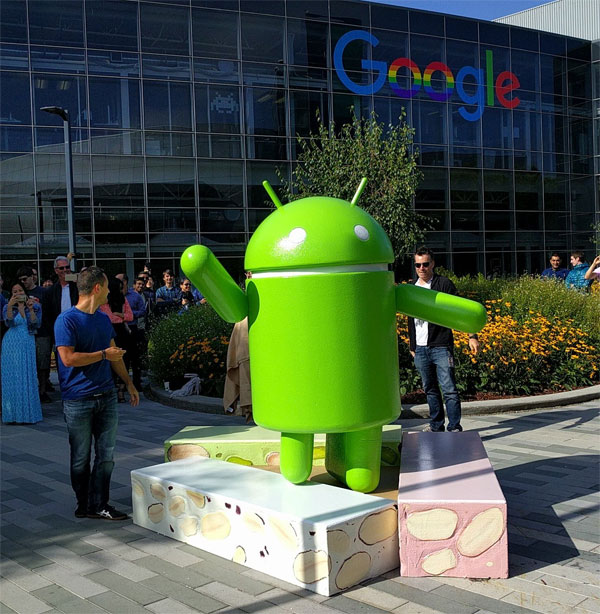 Android Nougat - la statua fuori dalla sede di Google a Mountain View