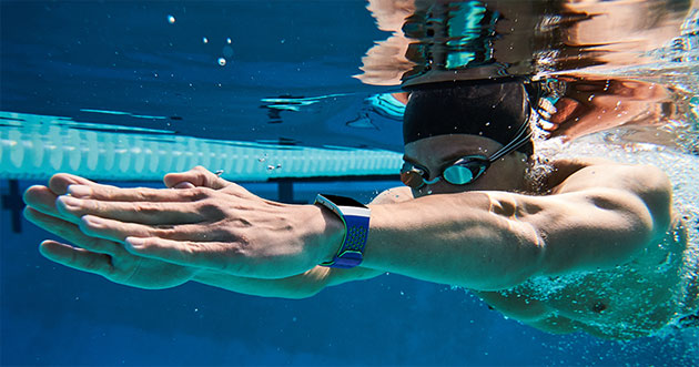 Fitbit Iconic in piscina