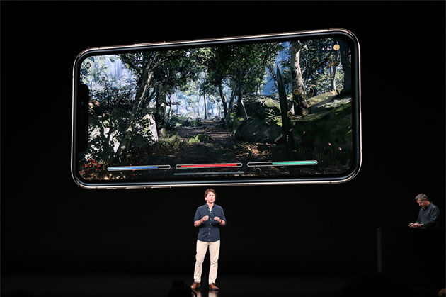 Todd Howard, game director di Bethesda Game Studios, presenta il gioco The Elder Scrolls: Blades su iPhone XS