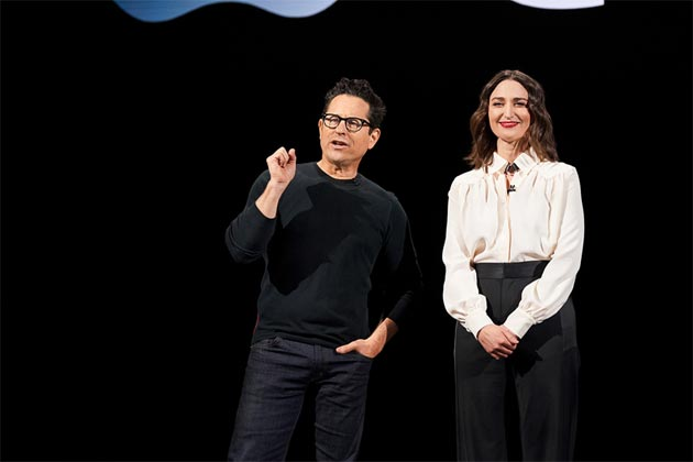 J.J. Abrams presenta Sara Bareilles prima della sua performance all'evento Apple di marzo 2019