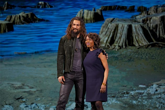 Jason Momoa e Alfre Woodard allo Steve Jobs Theater