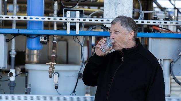 Bill Gates beve acqua ricavata da feci e urine