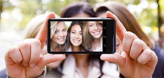 Selfie: 730 milioni di scatti in Italia, molti scattati alla guida di auto