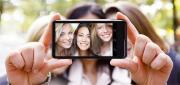 Foto Selfie alla guida, il 17 per cento di autisti confessa