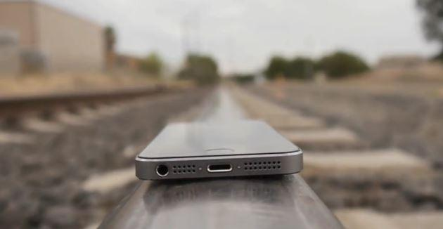 Apple iPhone 5S travolto da un treno: il Video