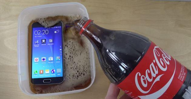Galaxy S6: prove di resistenza ad acqua, Coca Cola, fuoco, martello e altro - Video