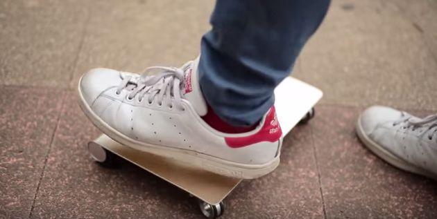 WalkCar, skateboard elettrico inventato che sembra un MacBook