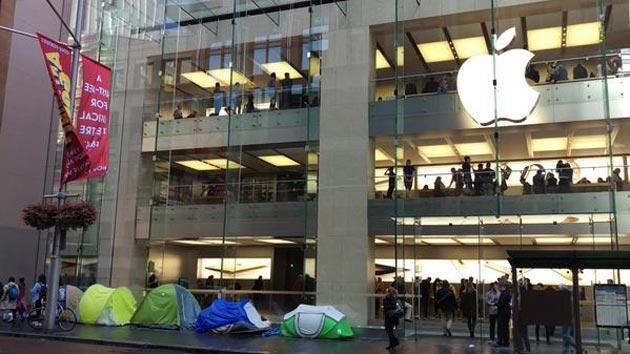 Apple iPhone 6s DAY, vendite iniziate con code fuori dagli Store, anche Robot