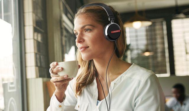 Creative Flex: cuffie ultraleggere con bassi intensi e parametri vocali limpidi