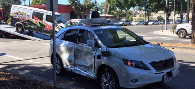 Google Car coinvolta in incidente stradale, colpa di un conducente passato col rosso
