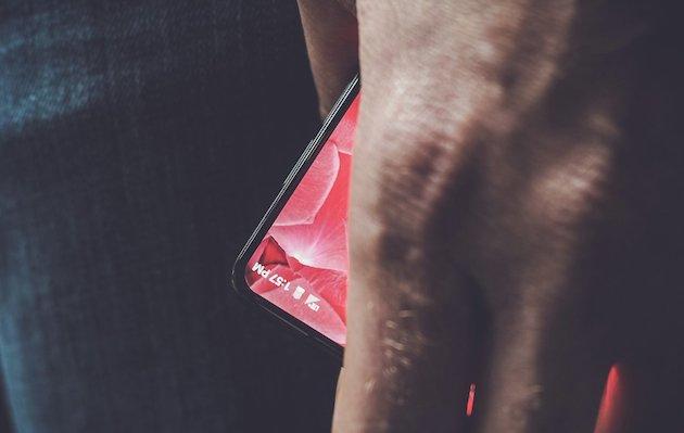Andy Rubin mostra in foto il suo Smartphone senza cornici