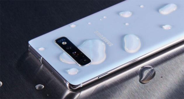 Foto Gli smartphone non sono impermeabili anche se lo dicono i produttori, parola di iFixit