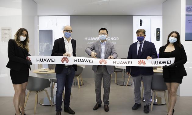 Huawei inaugura nuovo concept per i suoi centri assistenza a Milano