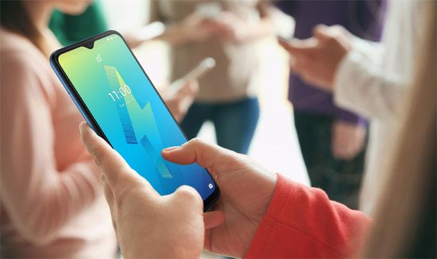 Phubbing, il prendere in mano lo smartphone per snobbare chi sta di fronte e' un fenomeno diffuso ma irritante